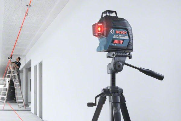 Линейный лазерный нивелир GLL 3-80 на штативе