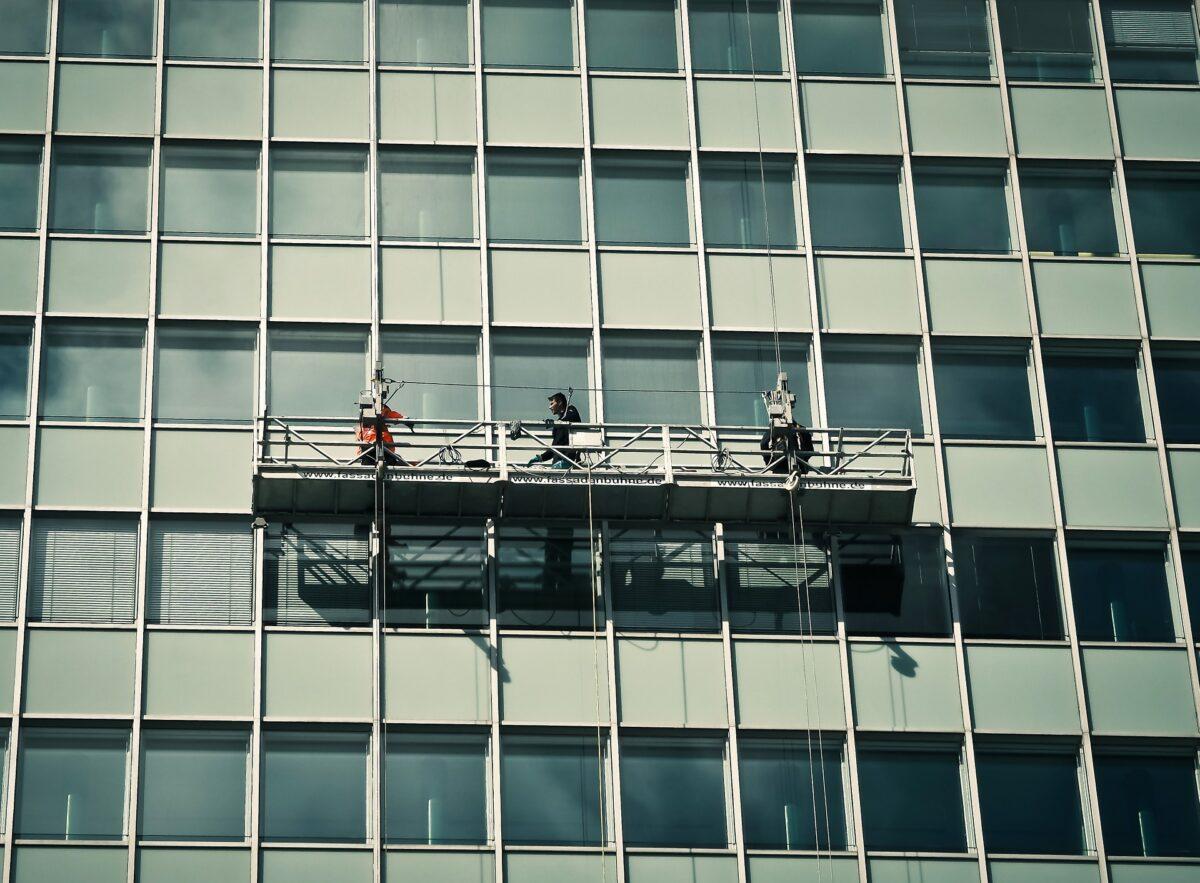 Как помыть высокие окна