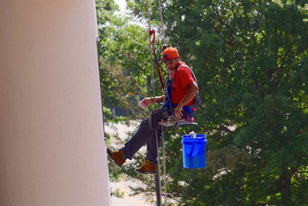 Помыть окна на высоте с помощью профессионалов