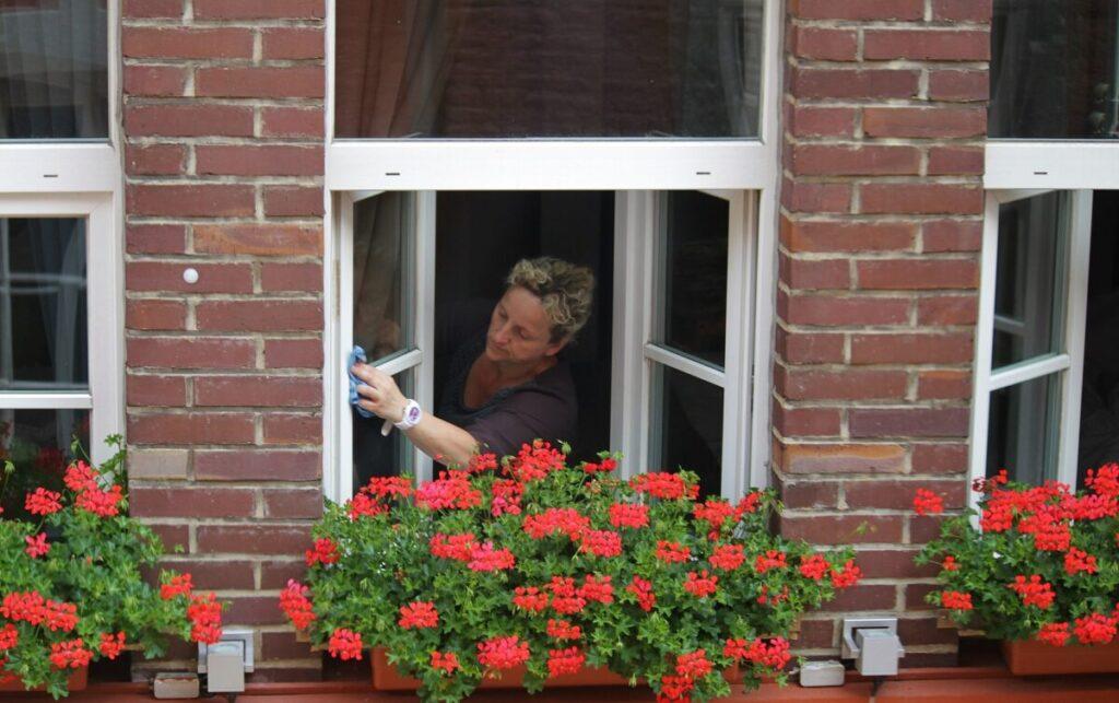 Помыть окна на высоком этаже своими силами